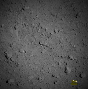 日本公佈隼鳥二號近距離拍攝到龍宮小行星圖像